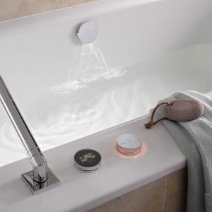 Napełnianie wanny, regulację temperatury i poziomu napełnienia oferuje elektroniczna armatura do wanny MULTIPLEX TRIO E3. Można zapisać ulubione ustawienia indywidualne użytkowników; display wskazuje temperaturę wody. 8.980 zł. Fot. Viega