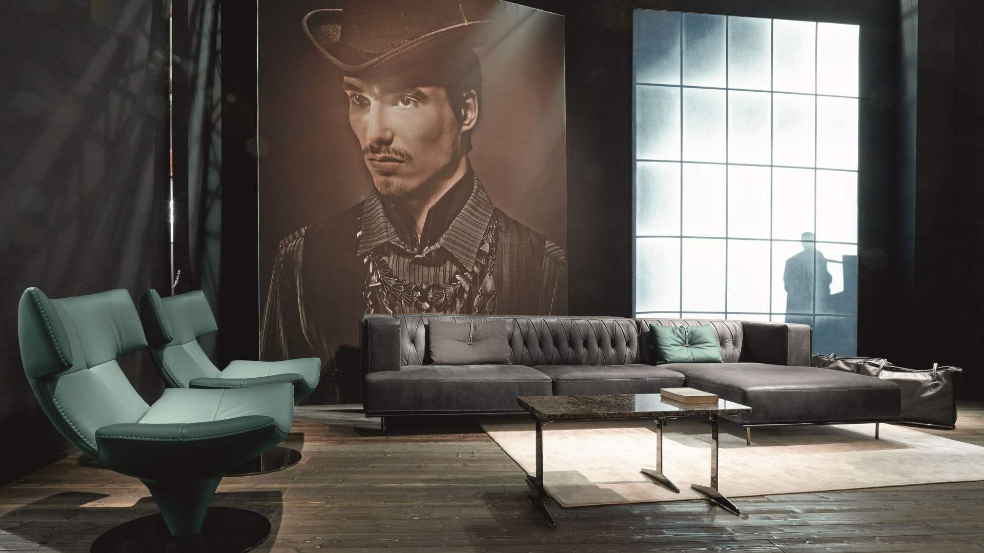 Skórzana sofa MCQUEEN zwraca uwagę nowoczesnym kształtem oraz stylowymi przeszyciami. Od 10.400 euro (z szezlongiem). Fot. Gamma