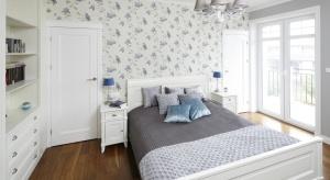Jasna, przytulna sypialnia zachwyca elegancją. Podobnie, jak łazienka, która znajduje się tuż obok.