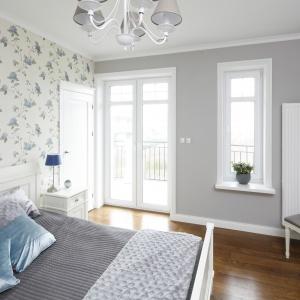 Z sypialni mamy wyjście na niewielki taras. Projekt: Maciejka Peszyńska-Drews. Fot. Bartosz Jarosz