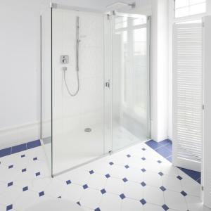 Wygodny, nowoczesny prysznic bez brodzika. Projekt: Maciejka Peszyńska-Drews. Fot. Bartosz Jarosz