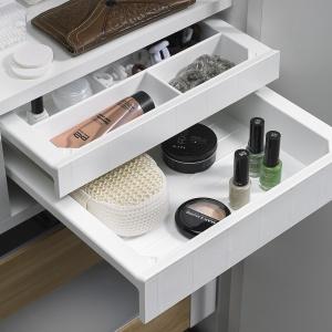 Niewielkich rozmiarów SmarTray można zamontować praktycznie w każdym miejscu. Zarówno wszafce łazienkowej, jak i garderobie w sypialni doskonale nadaje się do przechowywania wartościowych drobiazgów, ale to również doskonały sposób na uporządkowanie drobnych przedmiotów, do których chcemy mieć szybki dostęp. Fot. Hettich