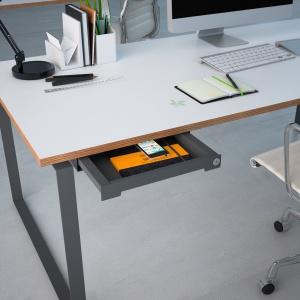 Dyskretny i bezpieczny SmarTray to idealne rozwiązanie na przechowywanie wartościowych przedmiotów, rzeczy osobistych czy nawet poufnych dokumentów w biurze. Fot. Hettich