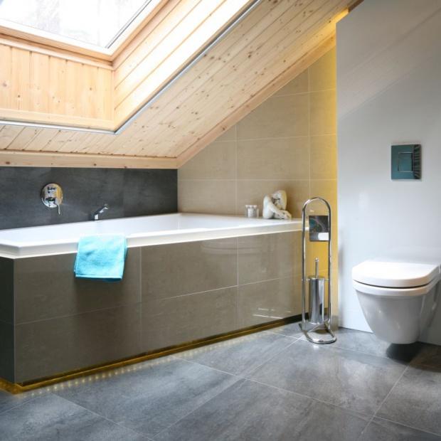 Łazienka na poddaszu: 15 pomysłów projektantów