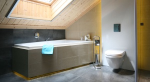 Aranżacja łazienki na poddaszu nie jest łatwa, tym bardziej, że często ograniczeniem są skosy. Warto więc przyjrzeć się już zrealizowanym projektom.