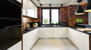 Jak zaaranżować okno w kuchni? Firanki czy rolety? Świeże kwiaty, czy zioła?