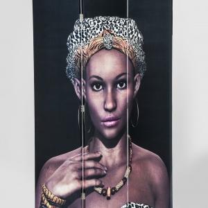 Parawan DIVIDER AFRICAN QUEEN z wizerunkiem afrykańskiej piękności, której uroda skrywa wiele tajemnic. 489 zł. Fot. Kare Design