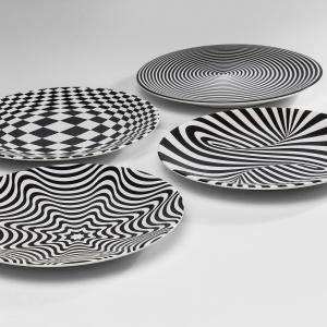 Wzór dekorujący talerze z kolekcji PSYCHODELIC oparty został na op-artowskich wariacjach w czarno-białym kolorze. 38 zł/szt. Fot. Kare Design