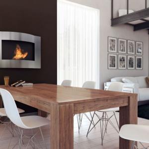 Modny biokominek można zamontować w jadalni, obok stołu. Tu model Lima oprawiony w niezwykle nowoczesną, metalową ramę. Fot. Kratki.pl