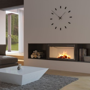 Zaletą kominka Nadia 14 jest dekoracyjna szyba typu glass wytrzymująca temperaturę do 800°C, która nadaje kominkowi nowoczesny i elegancki wygląd, optycznie powiększa front wkładu. Fot. Kratki.pl