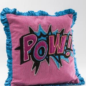 Kolorowa poduszka KISSEN CARTOON POW z klasycznym komisowym motywem na aplikacji, to kwintesencja stylistyki pop-art; 35x35 cm. 138 zł. Fot. Kare Design