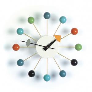 """Projekt kultowego zegara Ball Clock (proj. George Nelson) odzwierciedla """"joie de vivre"""", czyli radość życia lat 50. Atrakcyjna alternatywa dla zwykłych czasomierzy. 1.074 zł. Fot. Vitra"""