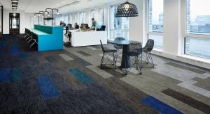 Forbo Flooring wzbogaciło swoją ofertę wykładzin o nowe rozwiązanie: wykładzinę Flotex w formie paneli o wymiarze 100x25 cm. Kolekcja ta stanowić ma alternatywę do tradycyjnych płytek dywanowych dostępnych na rynku.