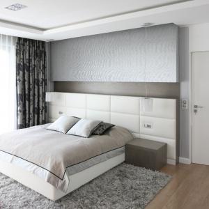 Przy sypialni znajduje się duża garderoba i oddzielna łazienka. Drzwi do nich ukryte zostały w usytuowanej w jednej płaszczyźnie wysokiej zabudowie z MDF-u. Fot. Bartosz Jarosz.