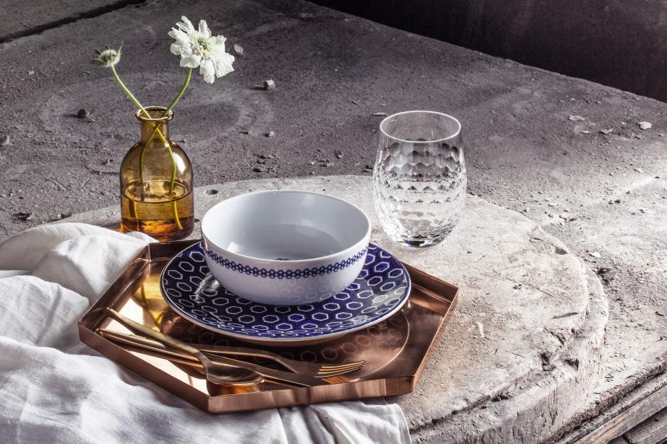 Porcelana i kamionka oraz szkło (Huta Julia) z zestawu deserowego wchodzącego w skład projektu POLSKI STÓŁ dekorowane są tradycyjnymi metodami. Fot. Polski Stół
