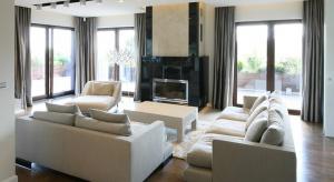 Dom jest duży, jasny i bardzo przestronny. Dzięki temu, że ma aż trzy kondygnacje, funkcjonalnie sprawdza się znakomicie. Piętro daje schronienie rodzicom, którzy do dyspozycji mają sypialnię z dużą garderobą i osobną łazienkę oraz dzieciom