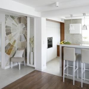 Wysoki barek w kuchni doskoanle spełnia rolę niewielkiej jadlani. Projekt: Małgorzata Mazur. Fot. Bartosz Jarosz