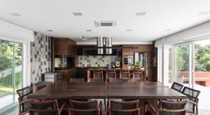 Nowoczesna bryła budynku położonego na malowniczej skarpie oraz piękne wnętrza to atuty domu zaprojektowanego przez brazylijskiego architekta Luciano Lerner Basso.