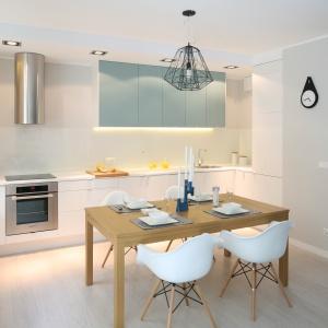 To propozycja w bardziej stonowanych barawach. Biel i delikatny błękit na kuchennych szafkach prezentuje się znakomicie. Projekt: Anna Maria Sokołowska. Fot. Bartosz Jarosz