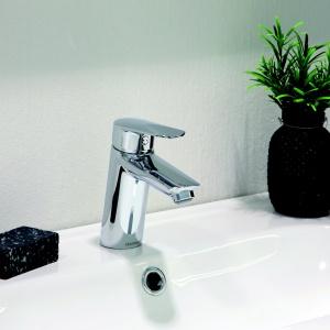 Bateria łazienkowa CLOVER, chromowana. Dostępna w wersji Eco z funkcją Cold-start i oszczędnym perlatorem o przepływie wody 6l/minutę, elastyczny perlator (łatwość usuwania kamienia), system szybkiego montażu i demontażu X-Change. Cena: 742,92 zł