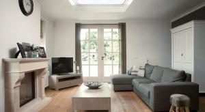 Nowoczesna architektura i energooszczędne trendy w budownictwie sprawiają, że dach płaski staje się coraz częściej wybieranym rozwiązaniem w domach jednorodzinnych.