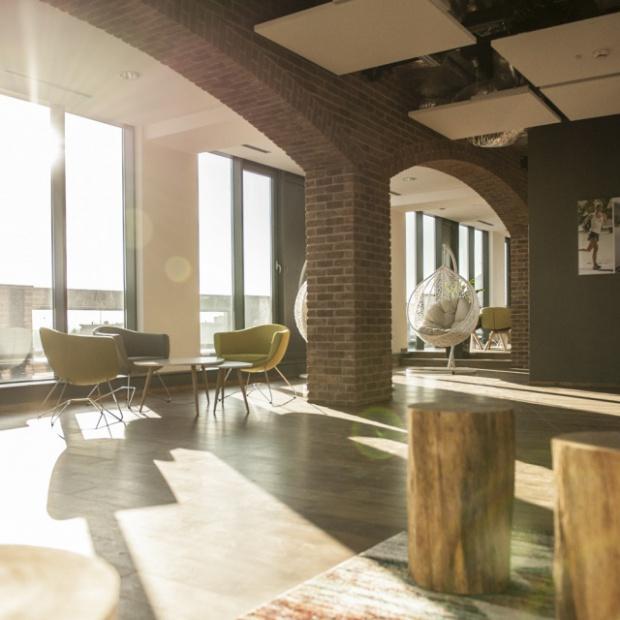 Pracownia Biprowłók zaprojektowała biura w pofabrycznym klimacie