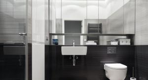 Warto zdecydować się na górne szafki, które pomogą przechowywać detergenty, kosmetyki czy ręczniki, a odpowiednio wykończone będą również idealną dekoracją łazienki.