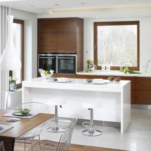 W tej kuchni zestawiona białe fronty i blaty z ciepłym dekorem drewna. Projekt: Piotr Stanisz. Fot. Bartosz Jarosz