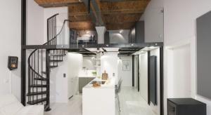 Kuchnia to ulubione miejsce właścicieli. Zaaranżowano ją w stonowanej biało-szarej kolorystyce, nie dominuje więc nad częścią dzienną, ale jest jej dyskretnym uzupełnieniem.
