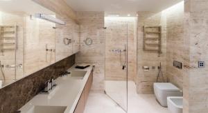 Blat w łazience można wykonać z wielu materiałów: konglomeratu, laminatu, kamienia, drewna, a nawet szkła. Wybierając naturalne drewno czy kamień pamiętajmy o ich impregnacji.
