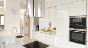 Wysoka zabudowa na jedną ścianę w kuchni to coraz popularniejsze rozwiązanie. Stosowane jest ono nie tylko w małych mieszkaniach w blokach, gdzie kuchnia stanowi aneks z salonem, ale też w przestronnych apartamentach czy kuchniach w domach jednorodz