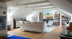 Na powierzchni 211 metrów kwadratowych w starej szwedzkiej kamienicy powstało loftowe wnętrze rozświetlone słońcem i zachwycające przytulnością.