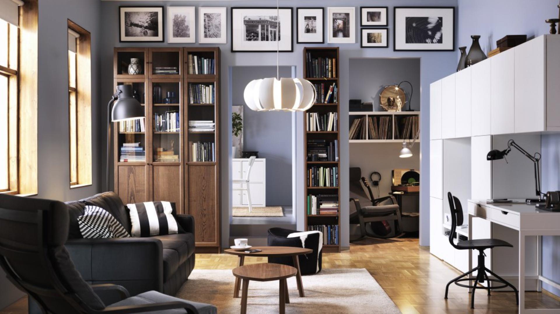 Regał Billy wykonany z lakierowanej okleiny jesionowej. Elegancko zaprezentuje się w każdy salonie. Cena: 1.188 zł. Fot. IKEA