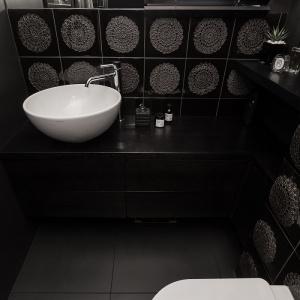 W łazience wykorzystano niezwykle oryginalne artystyczne kafle z Manufaktury Ceramicznej z Warszawy autorstwa Krystyny Kaszuby Wacławek z koronkowym, okrągłym motywem. Fot. Archissima/Dekorian