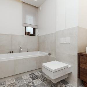 Łazienka na drugim poziomie utrzymana jest w bieli, beżach i szarościach. Fot. Archissima/Dekorian