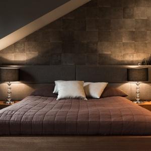 W sypialni królują kolory ziemi, co sprawia, że jest ona prawdziwą ostoją odpoczynku. Fot. Archissima/Dekorian