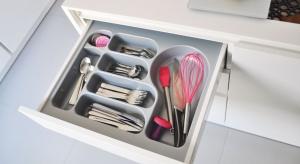 Odpowiednio zaplanowane rozmieszczenie sztućców czy drobnych przyborów do gotowania zapewnia utrzymanie ładu i sprawia, że wszystko mamy zawsze pod ręką.