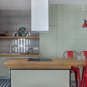 Na pierwszy rzut wysuwa się przestronny salon z aneksem kuchennym, oddzielonym od pokoju wyspą z kuchnią i blatem służącym za stół. Fot. JTgrupa