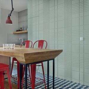 Mocnym kontrastem dla stonowanego salonu jest kuchnia. Hokery Toolix w intensywnym kolorze różu dodają temu miejscu wyrazistości, ale to nie jedyne oryginalne elementy. Fot. JTgrupa