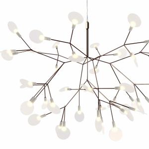 Lampa HERACLEUM (proj. Bertjan Pot) w śmiały i nowoczesny sposób interpretuje naturę. Białe listki tworzą techniczną strukturę rośliny - wyjątkowo delikatną i lekką. Wymiary: 65x98 cm. Fot. Moooi