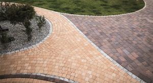 Łagodne łuki i koła, wyraziste linie proste lub asymetryczne wzory – to tylko niektóre sposoby na urozmaicenie wyglądu nawierzchni wokół domu.