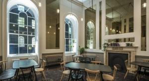 New Wing, odnowione skrzydło londyńskiego centrum sztuki i kultury Somerset House, stało się siedzibą Pennethorne Cafe Bar. Lokal nazwano tak na cześć Sir Jamesa Pennethorne'a, cenionego XIX-wiecznego architekta, który stworzył tę część Somer