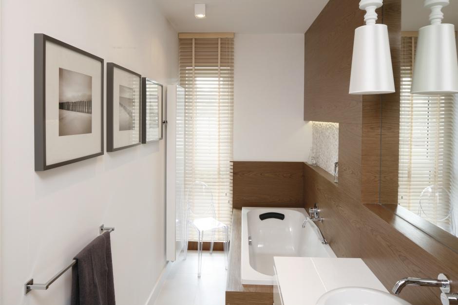 To doskonały przykład wąskiej, ale i małej łazienki, w której zmieściła się wygodna wanna. Przestrzeń została bardzo funkcjonalnie zaplanowana. Projekt: Małgorzata Galewska. Fot. Bartosz Jarosz