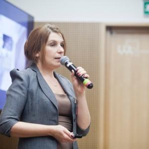 Agnieszka Polskowska, specjalista ds. kluczowych klientów Studia Prostych Form w trakcie prezentacji o możliwościach nowego materiału - Ecomalty. Fot. Piotr Waniorek.
