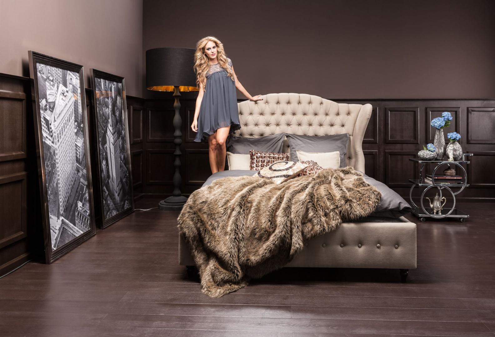 Prawdziwie królewskie łóżko CITY SPIRIT (160x200 cm) ma wysoki i miękki zagłówek; rama z drewna bukowego, obicie z beżowej mikrofibry. 6.889 zł, Kare Design