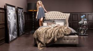 Poduchy narzuty, pledy i zasłony w odcieniach brązu, a do tego dekoracje w metalicznym wykończeniu to przepis na modną i przytulną sypialnię.