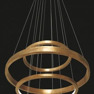 Lampa LIGHT RING składa się obręczy z ręcznie szczotkowanego mosiądzu. Zwieszone na cienkich linkach zdają się unosić w powietrzu dyskretnie sącząc mleczne światło LED. Od 21.185 zł, Henge, www.mesmetric.com