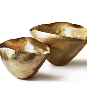 Oryginalne wazy BASH VESSEL o ekspresyjnej powierzchni, formowana ręcznie, wykonane są z blachy mosiężnej złoconej. Od 955 zł, Tom Dixon,