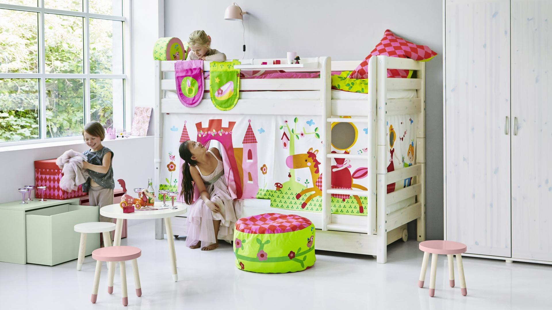 Piętrowe łóżko CLASSIC zamieni się w zamek królewny, dzięki specjalnym zasłonkom z aplikacjami. Pod łóżkiem można wstawić szuflady na pościel lub trzecie łóżko wysuwane. 3.179,85 zł. Fot. Flexa