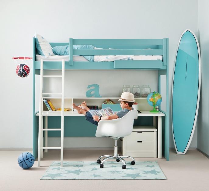 Wielozadaniowy mebel LOFT BED jest jednocześnie łóżkiem, miejscem do pracy, ale i zabawy. Zapewni dziecku wygodę, nawet w małym pokoju. Ok. 14.000 zł. Fot. Asoral